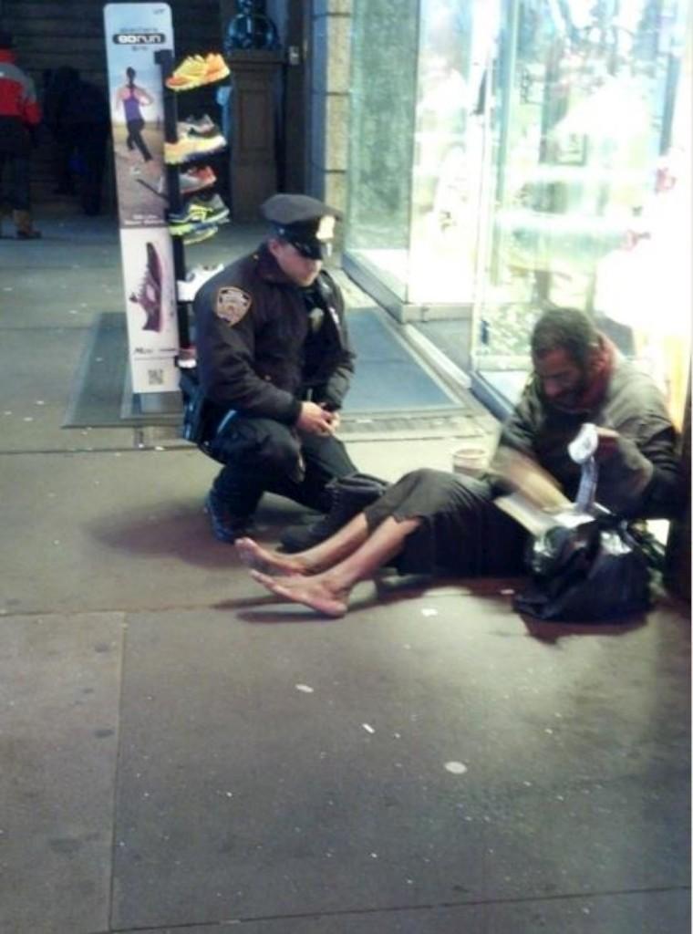 Policia de Nova Iorque oferece sapatos