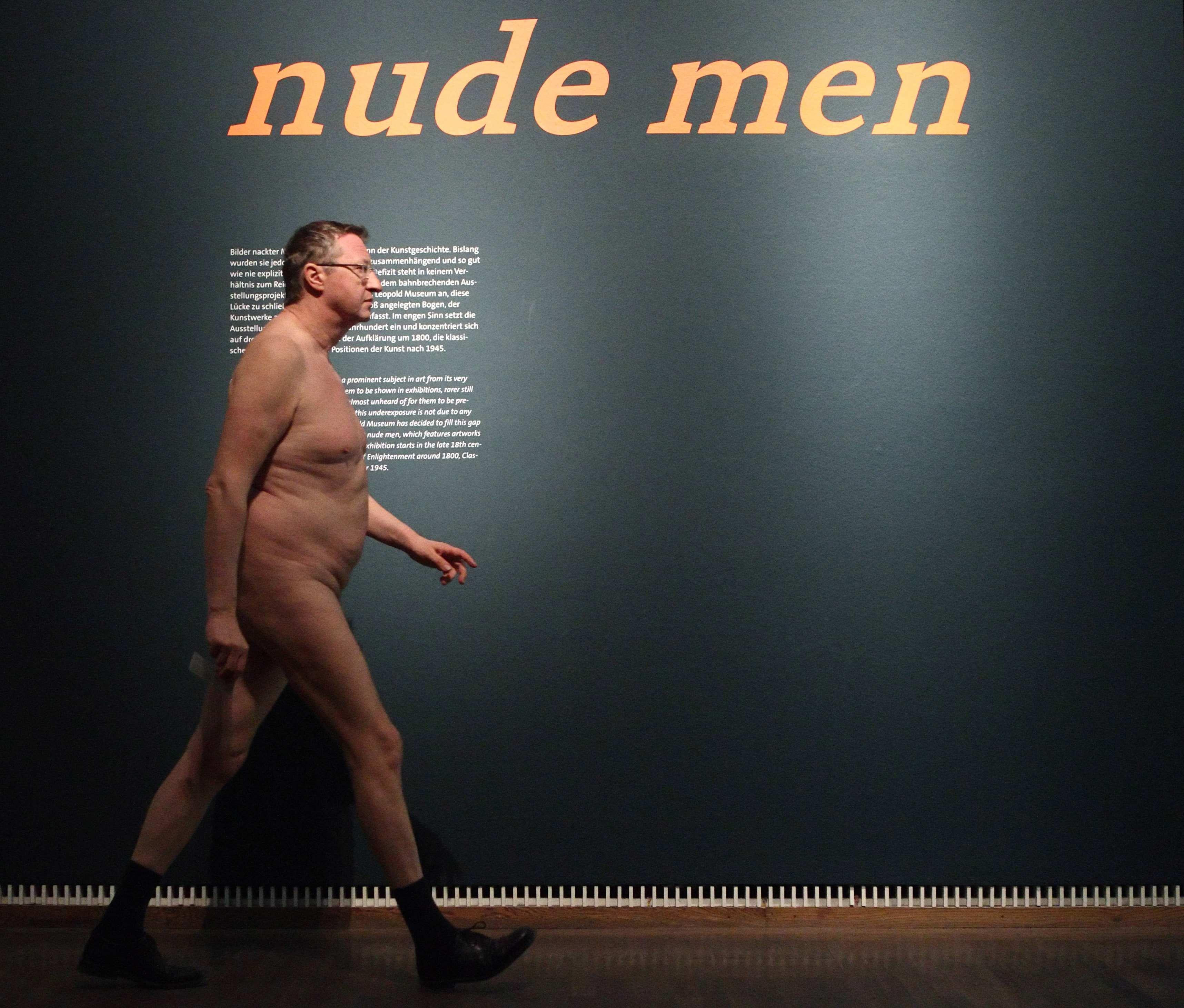 Juntaram-se visitantes nus aos Homens Nus no Museu Leopold