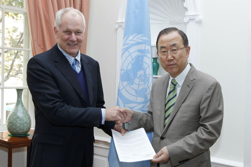 Ban Ki-moon mostra a primeira página do relatório que lhe foi entregue por Ake Sellstrom