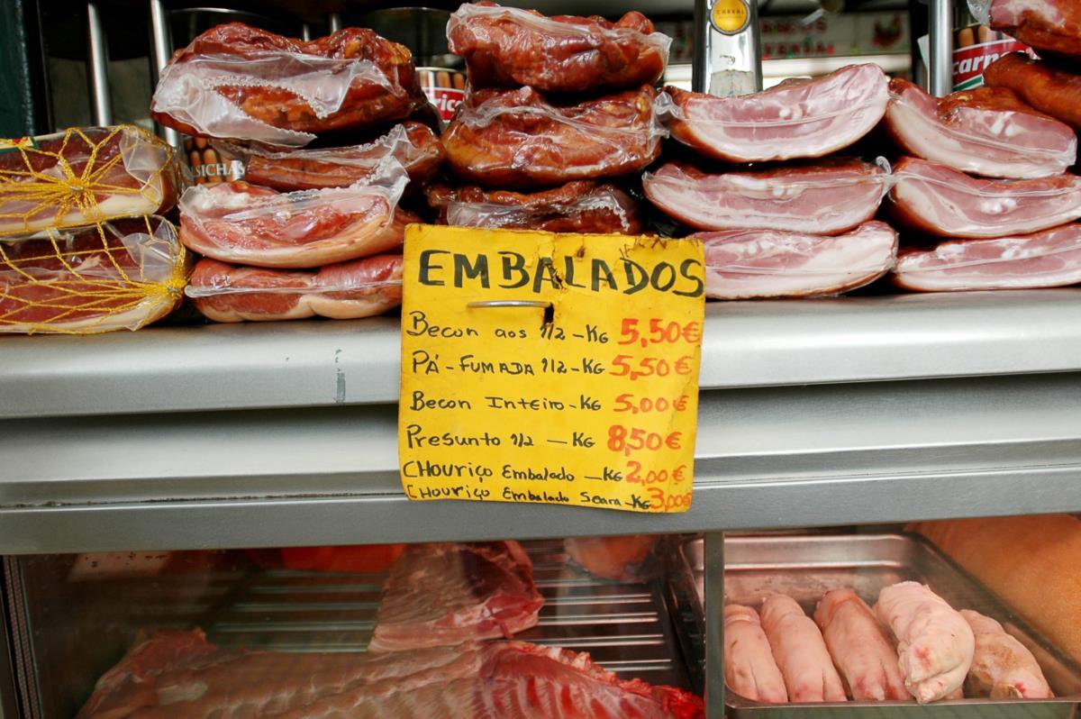 """Organização Mundial da Saúde. Salsichas, """"bacon"""" e enchidos são cancerígenos, diz a OMS"""